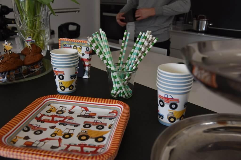 Happy Mum Blog - Inspiration Kindergeburtstag Demo Baustellenfahrzeuge - Geschirr