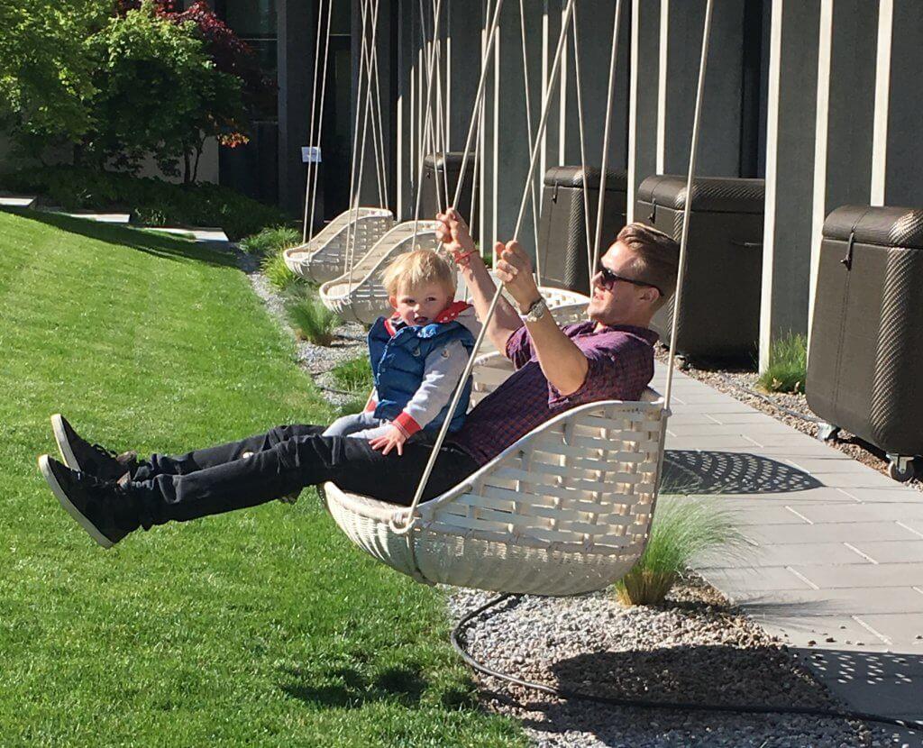 Happy Mum Blog - 2 Monate mit 2 Kids - langweile kommt nie auf - swing