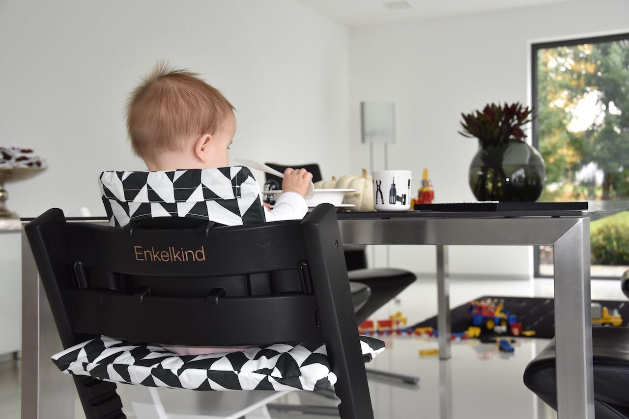 schwarz weiss stokke tripp trapp schwarz swaddle design letters woo gallery happy mum blog. Black Bedroom Furniture Sets. Home Design Ideas