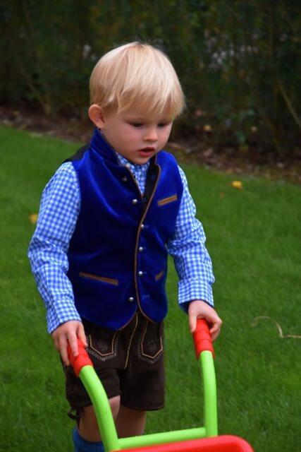 Kindertracht Trachtenmode Kinderdirndl Kinderlederhose Tracht Kinder Dirndl Happy Mum Blog Lederhosen für Kinder Kinderlederhose