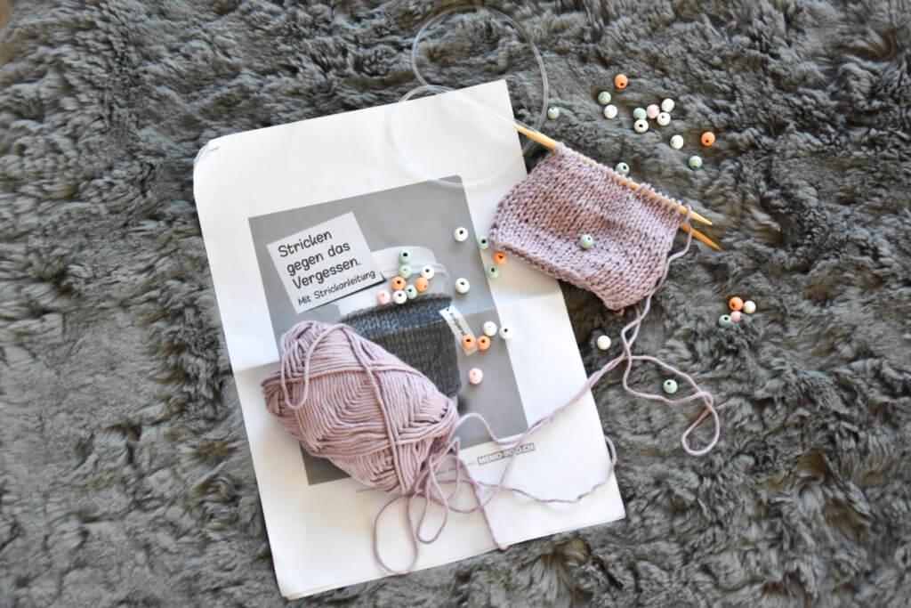 Stricken gegen das Vergessen - stricken - Cupholder - ProSenectute - voll persönlich